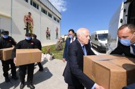 رئيس تونس يحمل طرودا غذائية ويستذكر الخليفة عمر