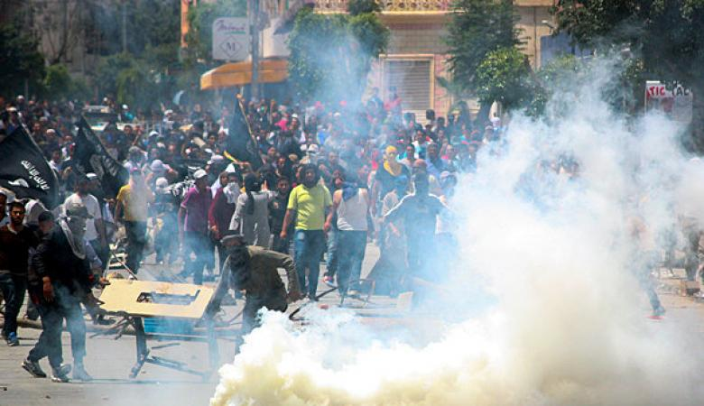 مقتل شخص خلال اشتباكات بين الأمن ومتظاهرين في مدن تونسية