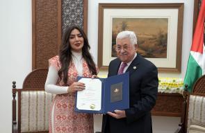 الرئيس محمود عباس، خلال تكريمه عددا من الفنانين من أسرة مسلسل خيانة وطن