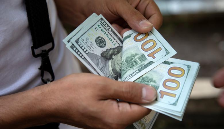 الدولار يتراجع أمام الشيكل في تعاملات اليوم