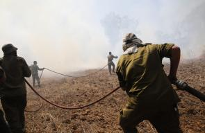 جنود الاحتلال يحاولون اخماد الحرائق المشتعلة في غلاف غزة