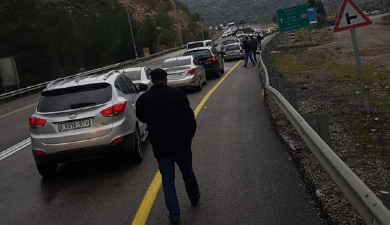الاحتلال يغلق الطرق المؤدية الى رام الله في اعقاب اصابة مستوطنة بجراح