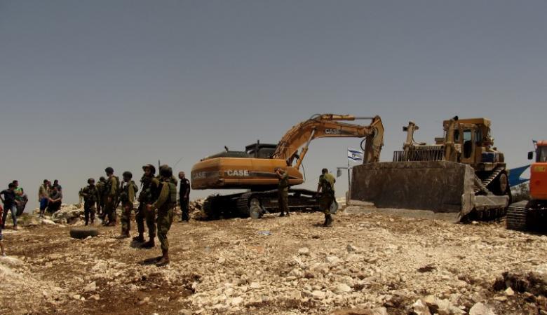 جرافات الاحتلال تجرف اراضي شرق  الخليل