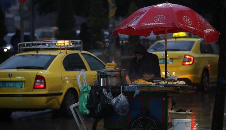 استاذ جامعي يكشف أسباب تأخر هطول المطر في فلسطين