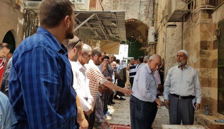 المقدسيون يصلون الظهر في الشوارع رفضاً لبوابات الاحتلال