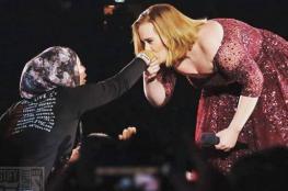 شاهد أديل تقبِّل يد فتاة محجبّة أمام أكثر من 100 ألف متفرّج