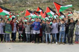 """طالبات يزرعن أشجارا مقابل مستوطنة """"بسغوت"""" بالبيرة"""