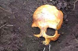 امراة تقتل زوجها وتدفنه في فناء المنزل بعد ان قام بالتهجم عليه
