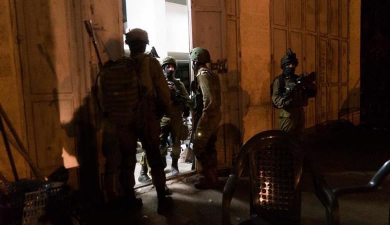 الاحتلال يعتقل 8 مواطنين بمداهمات ليلية برام الله