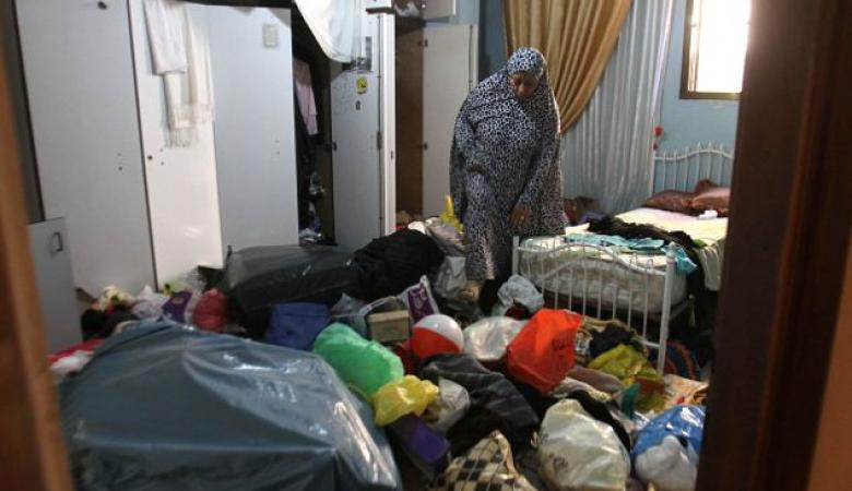 الاحتلال يعتقل شابا ويفتش عدة منازل في الخليل