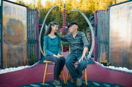 """زوجان يعيشان منذ 29 عاما بـ""""جزيرة"""" شيداها بنفسيهما"""