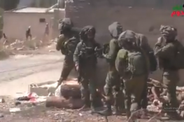 شاهد : ضابط اسرائيلي يضرب جنوده لهروبهم من شبان فلسطينيين