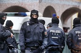 """رجال حراسة يرددون """"فلسطين حرة """" امام الجناح الاسرائيلي في برلين"""