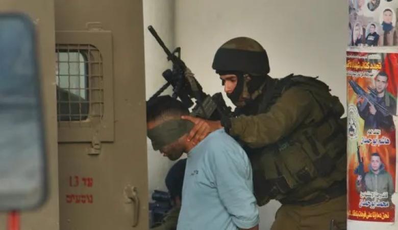 الاحتلال يعتقل 12 مواطنا من مناطق متفرقة بالضفة