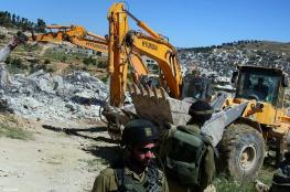 الاحتلال يهدم غرفة زراعية ويستولي على حاويات بضاعة غرب الخليل
