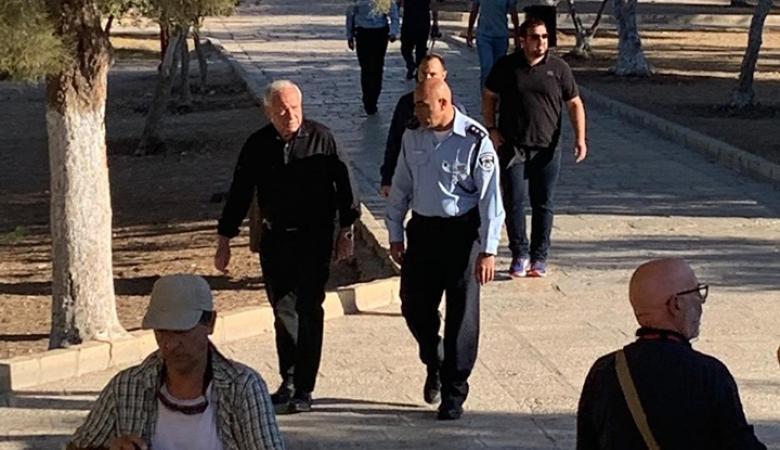 رئيس الشاباك السابق وعشرات المستوطنين يقتحمون الاقصى
