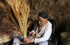 مسن يواصل صناعة