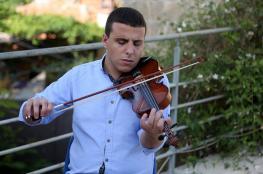 شاب  من رام الله بالرغم من انه ضرير  الا انه موهوب جداً في الموسيقى