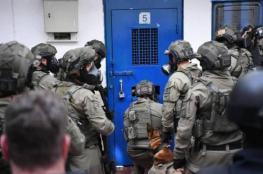 """""""وحدات القمع"""" تقتحم اقسام معتقل """"جلبوع"""" وتعتدي على الأسرى"""