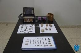 الشرطة تضبط 60 قطعة أثرية وعملات معدنية قديمة في أريحا