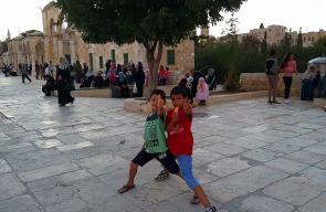 أطفال يلهون في باحات المسجد الأقصى المبارك