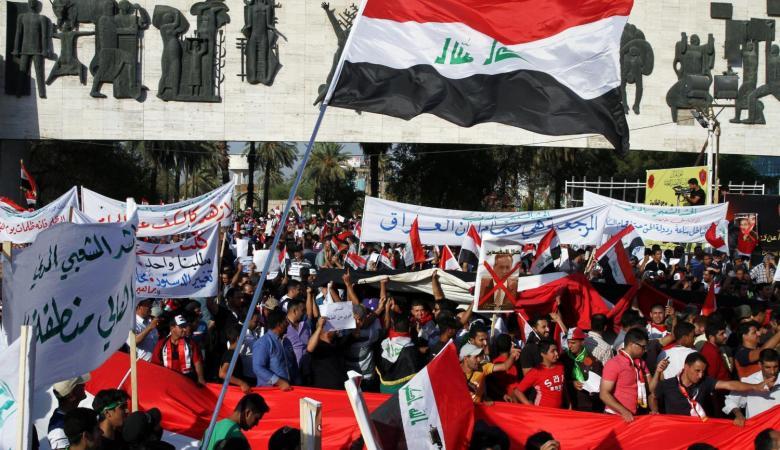عراقيون يقتحمون مطار النجف ويوقفون الحركة الجوية احتجاجاً على ضعف الخدمات الحكومية