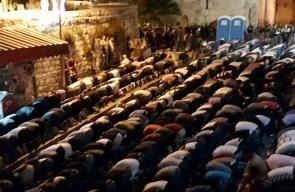 الآلاف يؤدون صلاة المغرب والعشاء امام باب الاسباط رفضا لللبوابات الالكترونيه