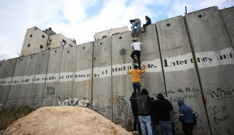 الأتيرة: دخول المواطنين لأراضي 48 عبر الجدار ينذر بكارثة
