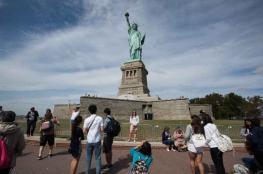 بالصورة- تمثال الحرية يرحب بالمهاجرين