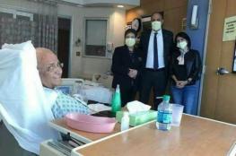 عريقات يخرج من العناية المكثفة ويتابع مهام عمله من المشفى
