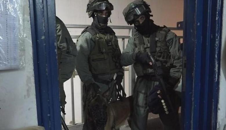 """قوات القمع تقتحم سجن """"عوفر"""" وترش الأسرى بالغاز"""