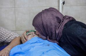 عائلة الشهيد عبد الله غيث 16 عامًا تلقي نظرة الوداع على نجلها الذي استشهد خلال محاولته الوصول للمسجد الأقصى.
