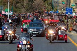 سرب طائرات وآلاف المحتشدين في استقبال الملك سلمان في الاردن