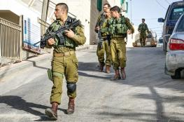 الاحتلال يصور عشرات المنازل ويستولي على مركبتين في بيت امر