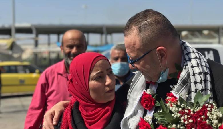 الأسير مخضر يلتقي خطيبته بعد 18 عاما من الاعتقال في سجون الاحتلال