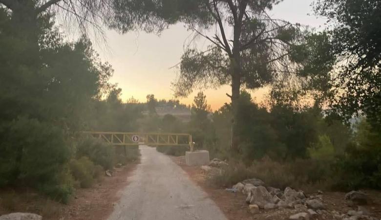 الاحتلال ينصب بوابة على أراضي دير كريمزان في بيت جالا