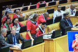 برلمانيو جنوب أفريقيا يتوشحون بالكوفية الفلسطينية