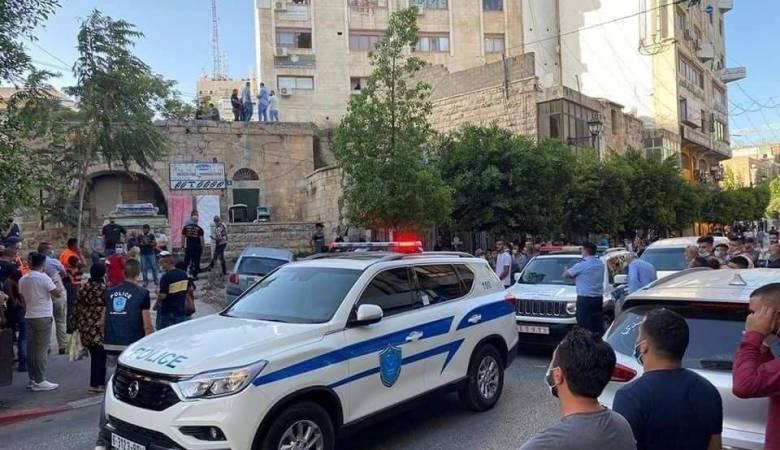 الشرطة تكشف تطورات العثور على جثة شاب على سطح بناية في رام الله