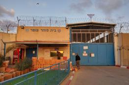 الاحتلال يعتدي بوحشية على الأسرى في قسم 12 بسجن عوفر