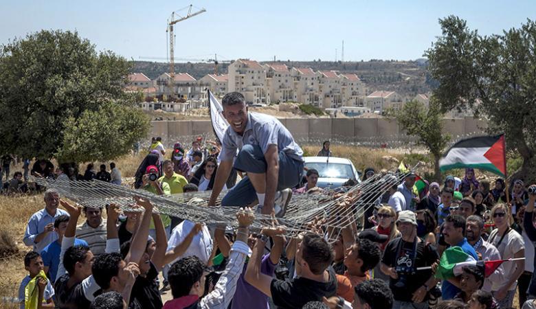 الاحتلال يهدد أهالي نعلين في حال استمرار المسيرات الاسبوعية