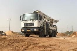 الاحتلال يصادر مضخة باطون ويعتقل سائقها ومندوب الشركة في الخليل