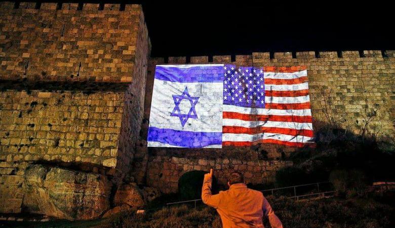 بلدية الأحتلال في القدس تنير الأسوار بالعلمين الأميريكي والاسرائيلي!