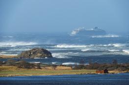 طائرات هليكوبتر لإنقاذ 1300 راكب كانوا على متن سفينة جنحت قبالة النرويج