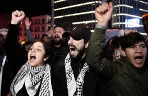 احتجاجات لبنان : متظاهرون يقتحمون المدخل الرئيسي لمصرف لبنان المركزي في بيروت