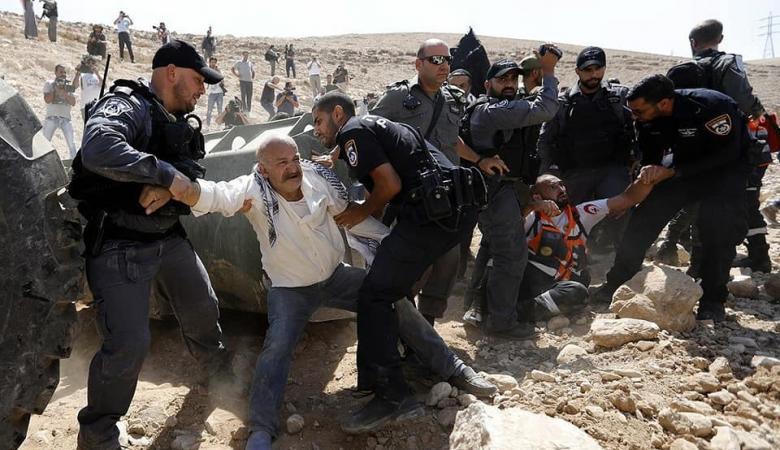 جرافات الاحتلال تغلق الطرق المؤدية الى  الخان الأحمر شرق القدس