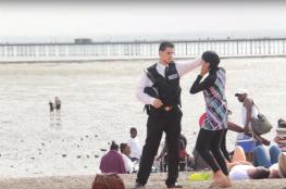 """بريطانيون يدافعون عن سيدة مسلمة حاول شرطي نزع لباسها الاسلامي على شاطئ البحر """" فيديو """""""