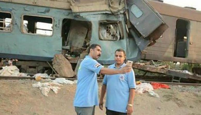 """""""سيلفي"""" المنقذين تغضب المصريين في مأساة الإسكندرية"""