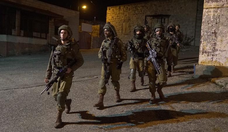 رام الله : محاصرة بناية سكنية والعملية العسكرية مستمرة