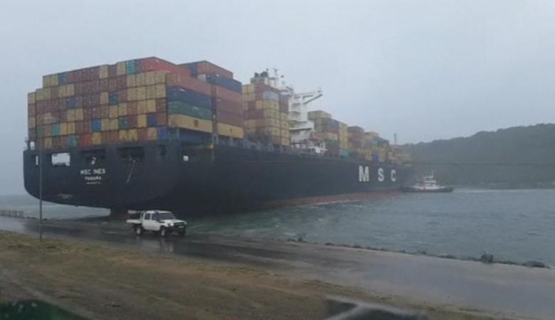 بالفيديو: عاصفة قوية تسبب إزاحة سفينة شحن ضخمة بجنوب افريقيا