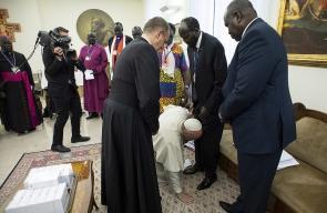 بابا الفاتيكان يقبل اقدام رئيس جنوب السودان ونائبه